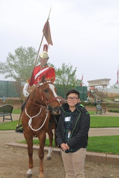 阿靖站在 The Lord Strathcona Mounted Troop 儀仗馬前拍照一番