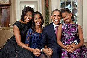 Obama 夫婦預大女 Malia 和細女 Sasha 的合照
